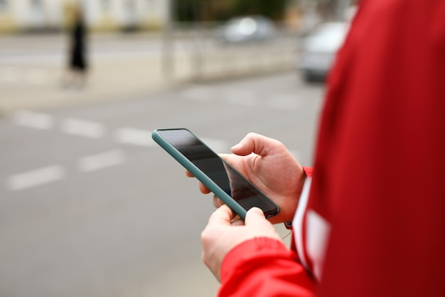 El hombre se encuentra en la encrucijada con el teléfono en sus manos