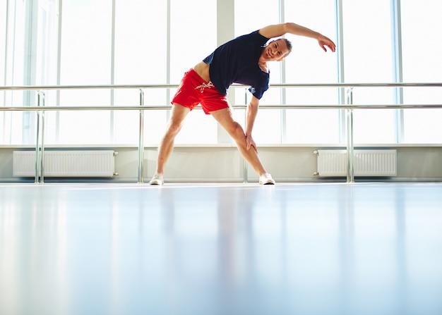 Hombre energético en el gimnasio