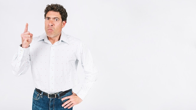 Hombre enfadado con dedo levantado