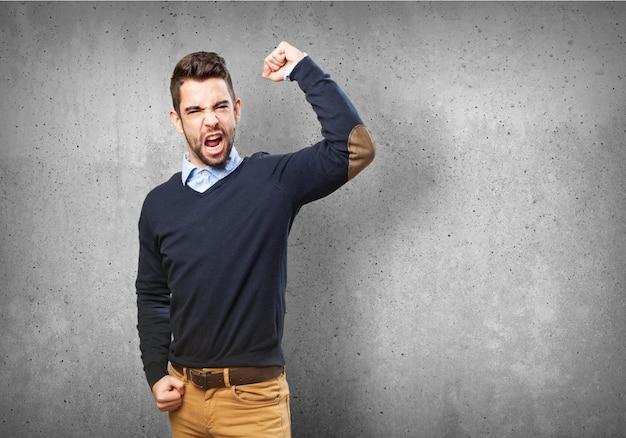 Hombre enfadado con un puño en alto