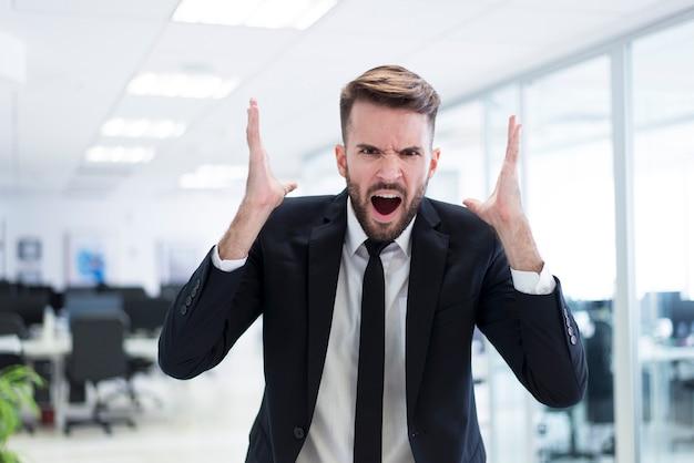 Hombre enfadado en traje