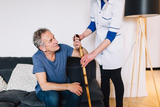 Hombre y enfermera en asilo de ancianos