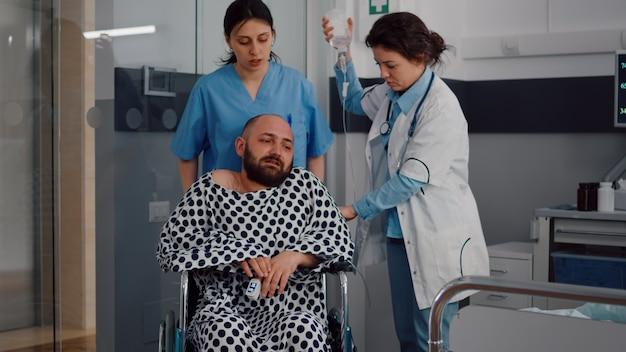 Hombre enfermo descansando en la cama durante la recuperación respiratoria en la sala del hospital