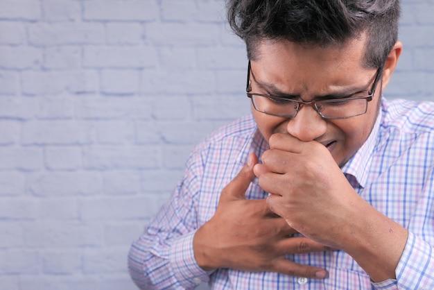Hombre enfermo con estornudos y tos