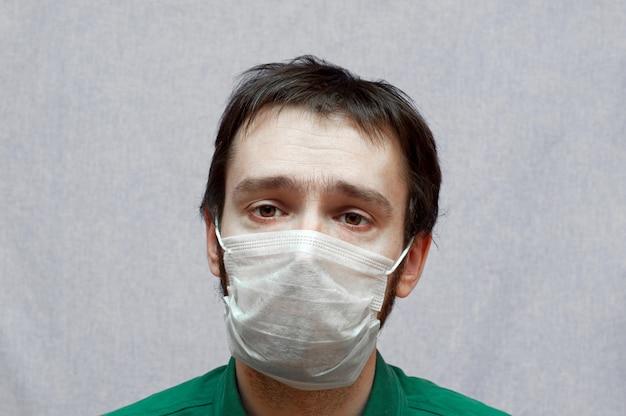 Hombre enfermo en una máscara médica