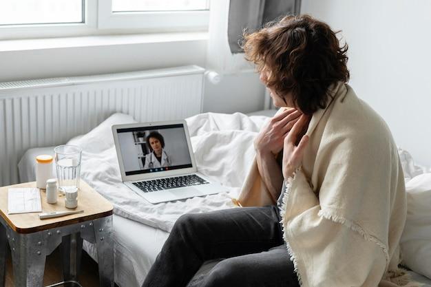 Hombre enfermo con una videollamada con un médico
