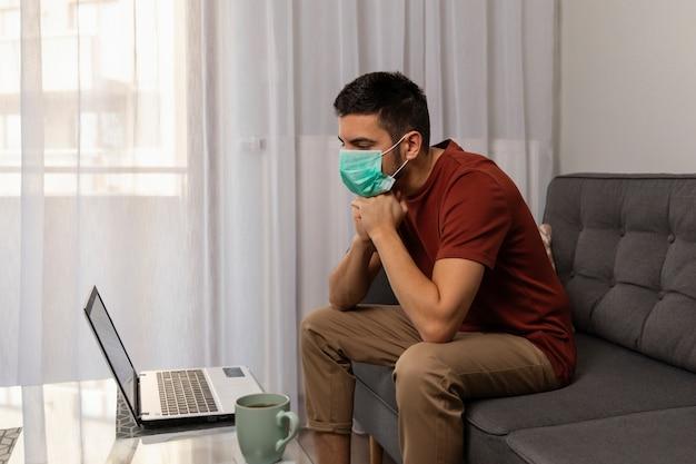 El hombre está enfermo con el virus covid19, trabaja en casa.
