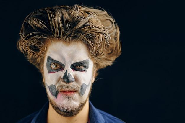 Hombre enmascarado del día de la muerte en halloween