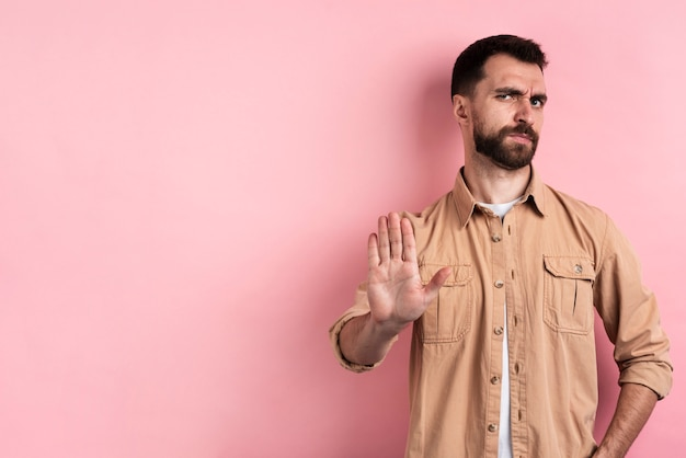 Hombre enojado detener gesto con espacio de copia