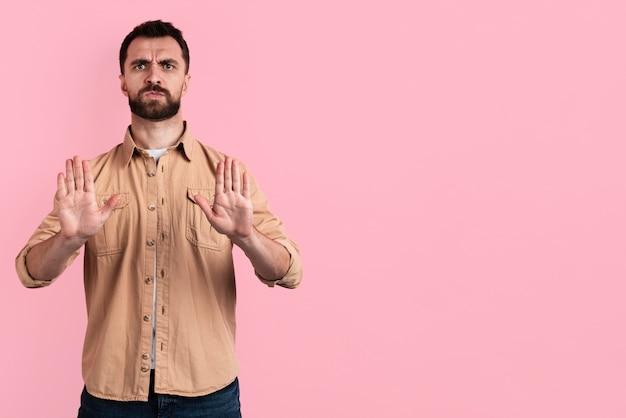 Hombre enojado haciendo un gesto de parada