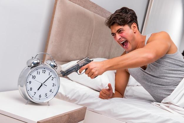 Hombre enojado con pistola y reloj.