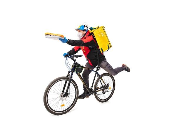 El hombre entrega alimentos durante el aislamiento, con guantes y mascarilla