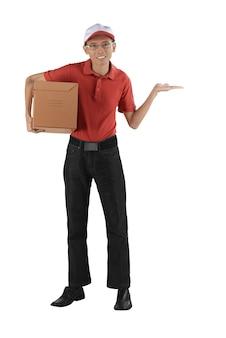 Hombre de entrega asiático que sostiene el paquete que muestra la mano abierta vacía