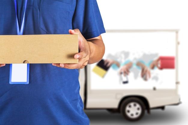 Hombre de entrega con caja de envío de cartón frente a un camión