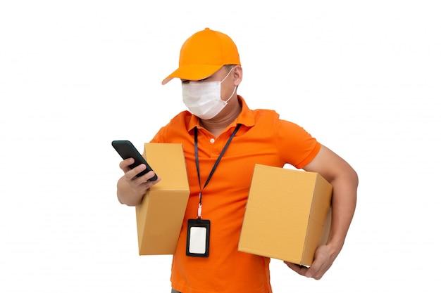 Hombre de entrega con caja de paquetería y teléfono móvil.
