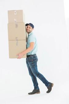 Hombre de entrega llevando cajas de cartón