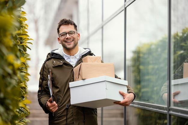 Hombre de entrega con paquetes