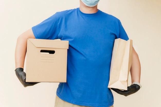 Hombre de entrega de primer plano con máscara