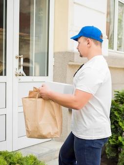 Hombre entregando bolsas de papel