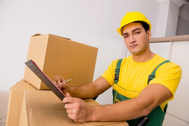 Hombre entregando cajas durante el movimiento de la casa