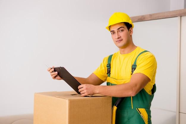 Hombre entregando cajas durante la mudanza de la casa