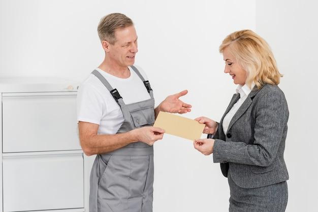 Hombre entregando sobres