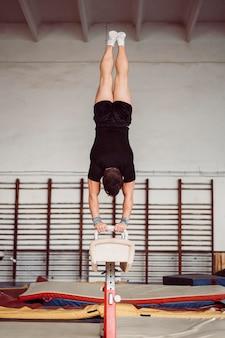 Hombre entrenamiento para campeonato de gimnasia