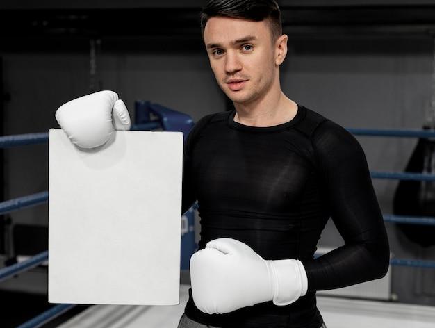 Hombre con entrenamiento de guantes de boxeo