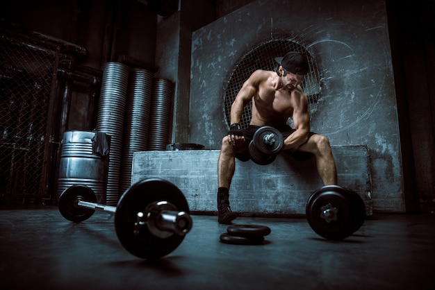Hombre entrenando en un gimnasio