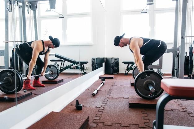 Hombre entrenando en el gimnasio