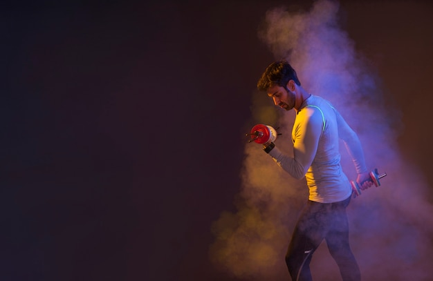 Hombre entrenando con pesas en el vapor de color