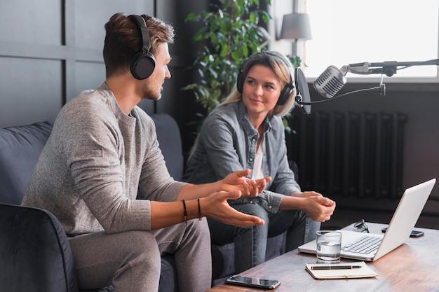 Hombre entrevistando a mujer