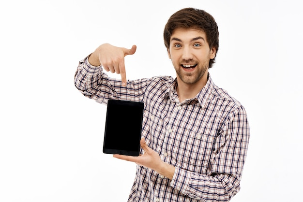 Hombre entusiasta que señala la pantalla de la tableta digital