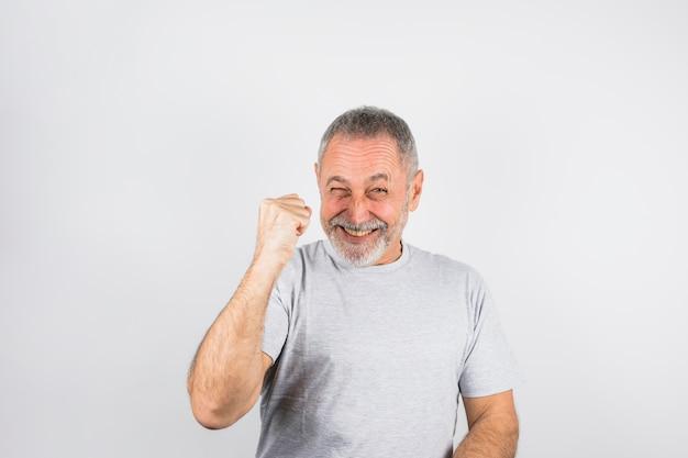Hombre envejecido guiñando un ojo y animando
