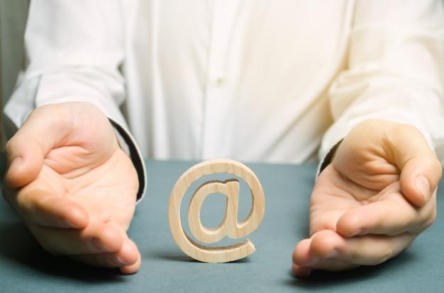 El hombre envuelve sus manos alrededor de un correo electrónico e internet.