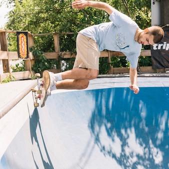 Hombre equilibrado mientras montaba patineta