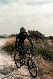 Hombre en equipo de bicicleta de montaña
