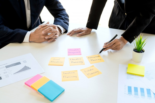 Hombre y equipo de negocios que analizan el estado financiero.