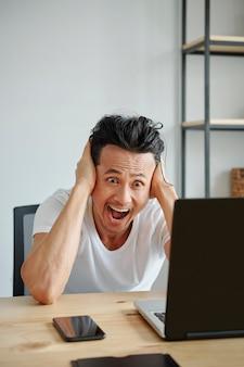 Hombre erudito leyendo correo electrónico
