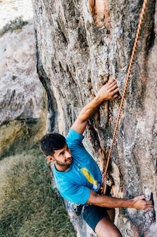 Hombre escalando en roca