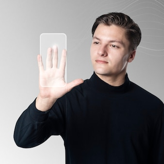 Hombre escaneando la palma en la pantalla de la interfaz virtual
