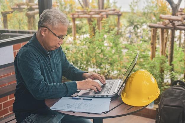 Hombre escribiendo en la computadora portátil
