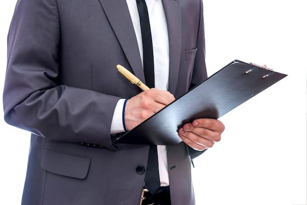 Hombre escribiendo en diario cerca aislado en blanco