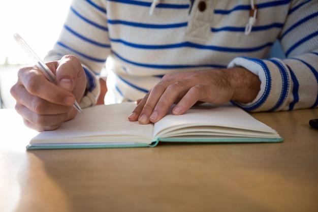 Hombre escribiendo en diario