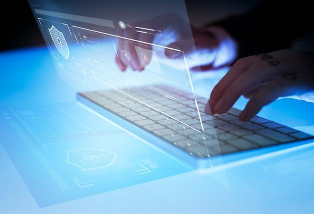 Hombre escribiendo generando datos de seguridad