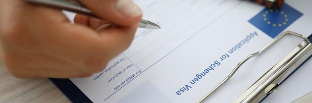 Hombre escribiendo información personal