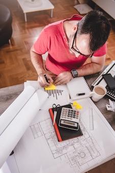Hombre escribiendo notas en el bloc de notas