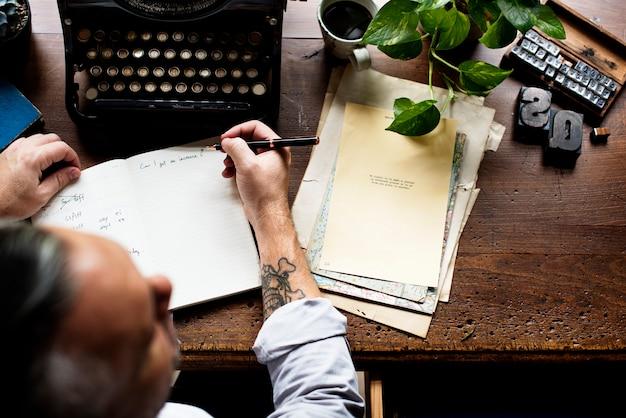 Hombre escribiendo notas