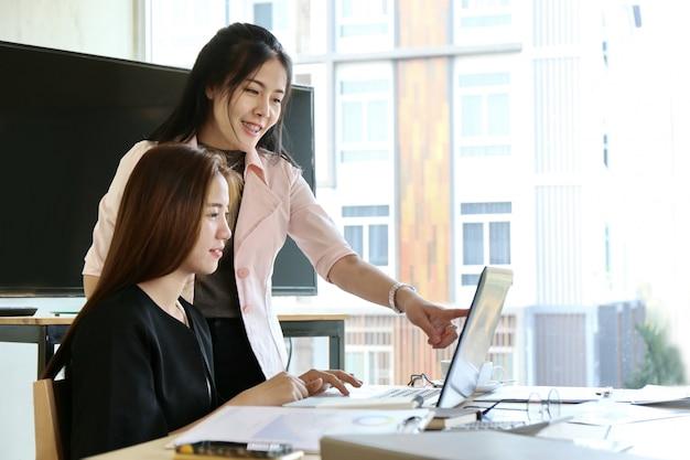 Hombre escribiendo teclado portátil mano. equipo de negocios trabajo startup oficina moderna