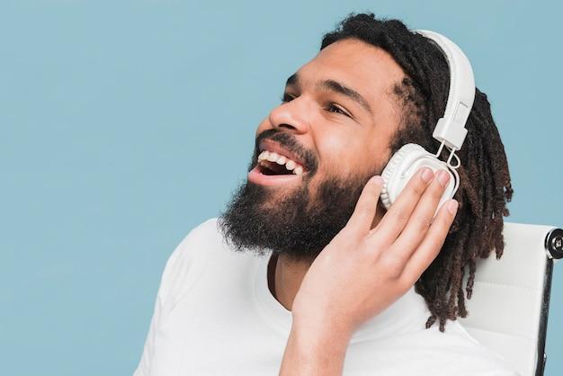 Hombre escuchando mus